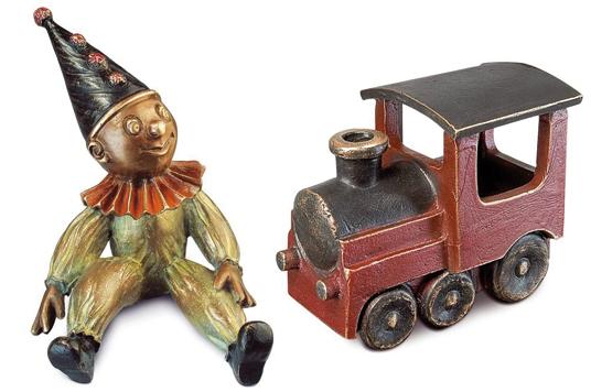 Kinder Grabschmuck Clown und Lokomotive.