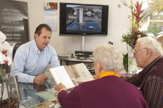 Rainer und Petra Kroll im Beratungsgespräch mit einer Kundin