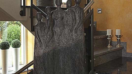 """Individuell: Die Skulptur """"Familie"""" aus dunklem Granit """"Orion"""" für Ihr Treppenhaus."""