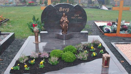 Familien-Grabstätte: Stein aus violettem Granit, poliert und Bronze Madonna.