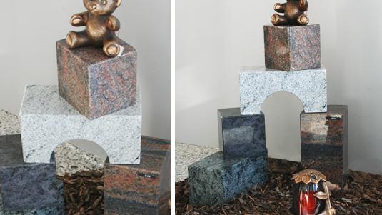 """Gedenksteine in Form von """"Bauklötzen"""" mit Bär in Bronze."""