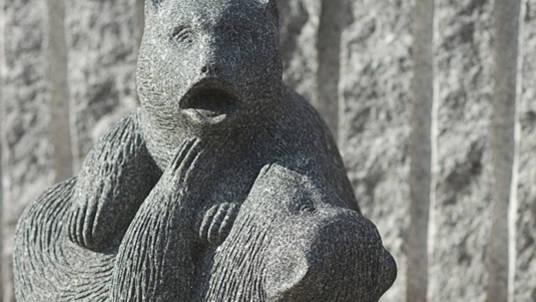 """Steinfigur """"Bären"""" aus Granit."""