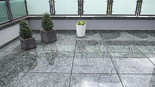 """Hochwertige Terrassengestaltung mit poliertem Granit """"Verde Olivo""""."""