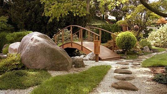 """""""Japanischer Garten"""" mit Findlingen und Kieselwegen."""