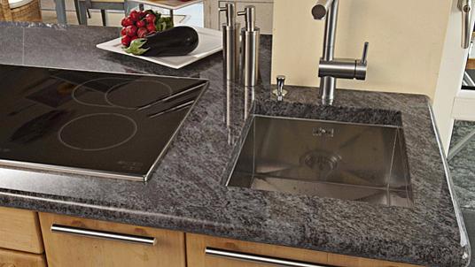 """Küchenarbeitsplatte in besonders schön strukturiertem und polierten dunklen Granit """"Orion""""."""