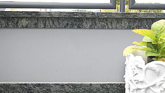"""Mauerabdeckung und Sockelleiste im Granit """"Verde Olivo."""""""