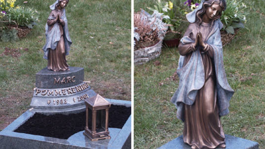 """Edle Urnengrabdekoration mit betender Madonna, """"Ewigem Licht"""" und Schrift in Bronze."""