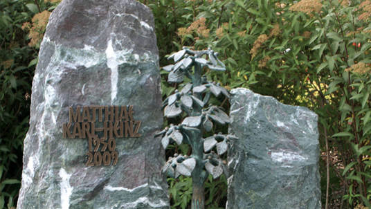 Fels aus Naturstein für Familien-Grabstätte.