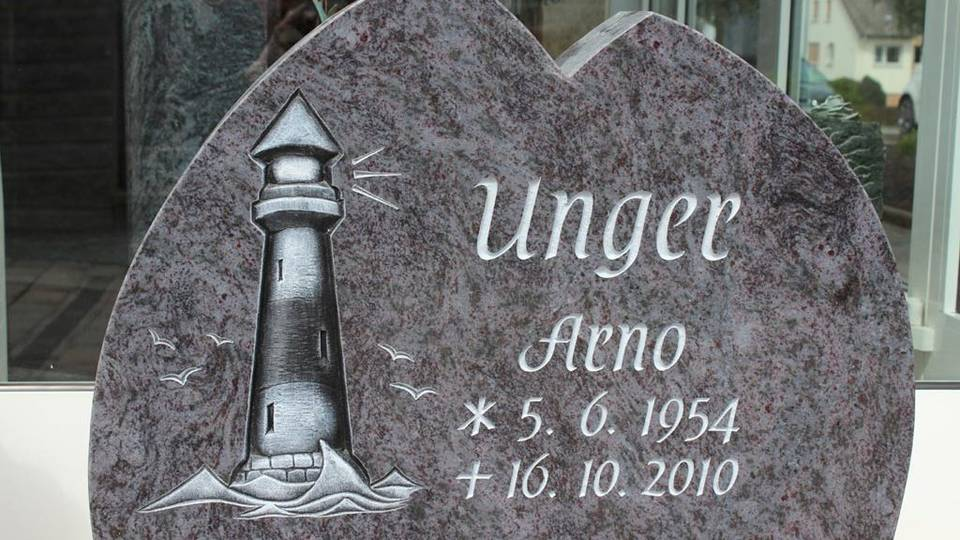 Denkmal Leuchtturm aus Orion Granit