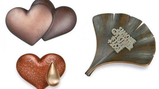 Beliebte Symbole für den Grabschmuck: Doppelherze, tränendes Herz und das Ginkoblatt.