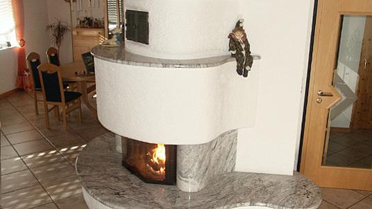 Massive seitliche Kaminverkleidung und runde Ablageflächen, Form freigestaltet.