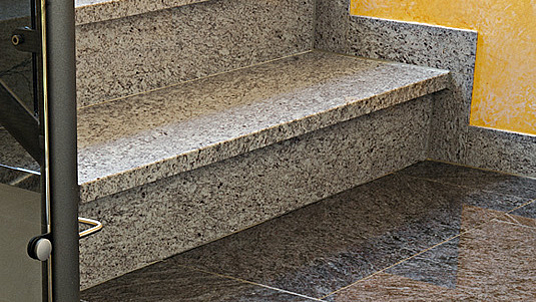 """Treppenstufen und Podest: Eine Kombination aus Granit """"Lavendular"""" und """"Orion"""" dunkel."""