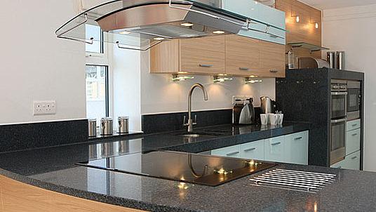 Moderne Küchenarbeitsplatte und Wandsockel aus schwarzem Granit Black Pearl.