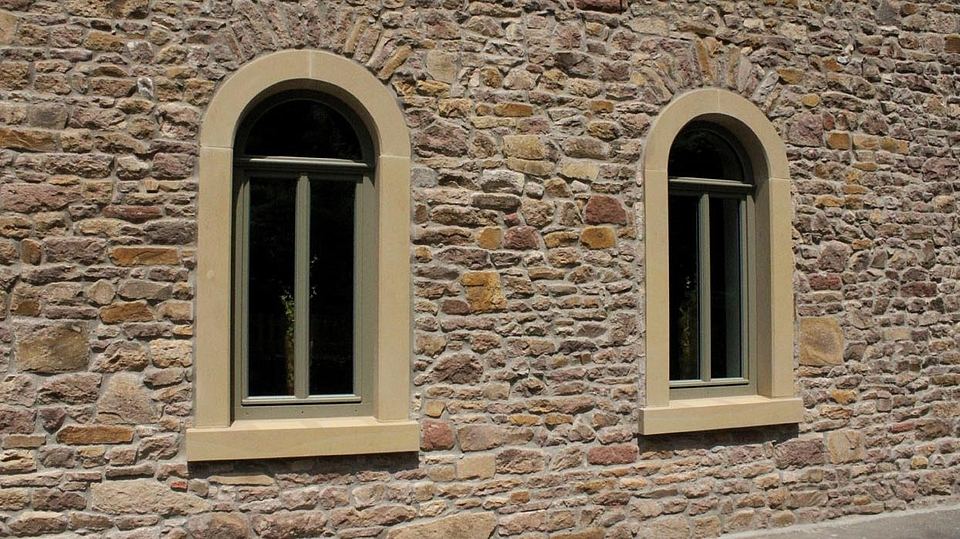 Rundbogenfenstern nach der Sandsteinrestauration