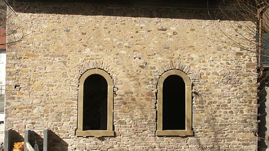 Sandsteinrestauration von Rundbogenfenstern für ein Gutshof.