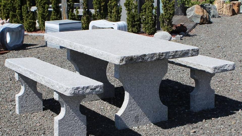 Gartenmöbel: Tisch und Bänke aus Tarn Granit