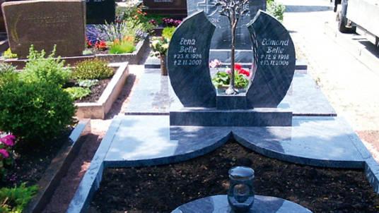 Familien-Gedenkstein aus blauem Granit, poliert mit Legensbaum in Bronze.