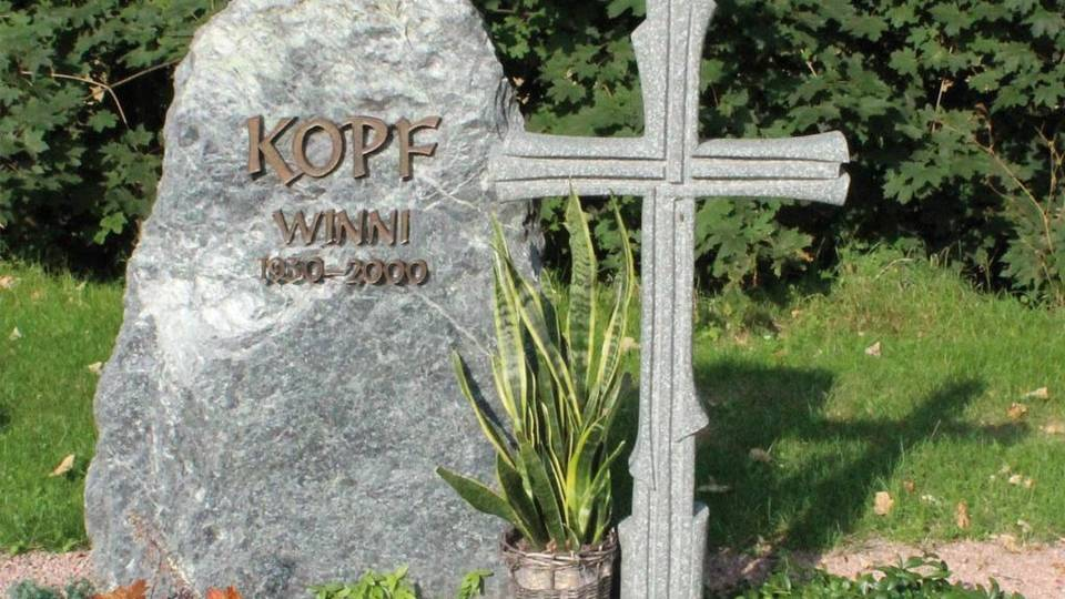Denkmal: aus tauerngrünem Fels, Kreuz aus grünlichem Granit