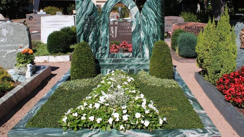 Grabanlage aus grün-weißem Quarzit