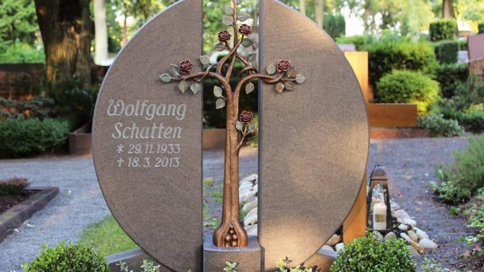 Grabanlage mit Rosenkreuz aus Bronze