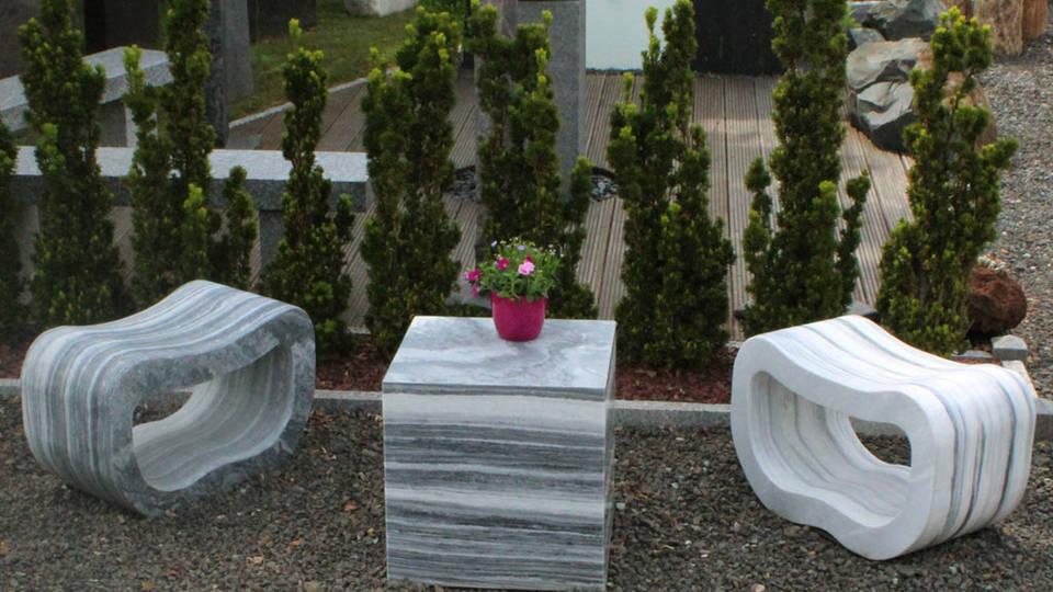 Loungesessel und Tischwürfel aus Marmor
