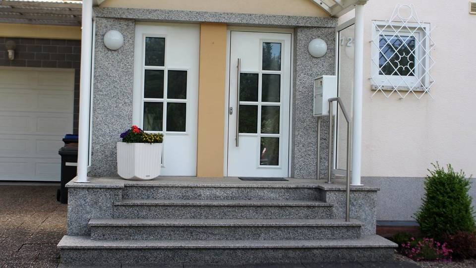 Natursteintreppe, Umrandung der Türen, Sturz: Bianco Sardo