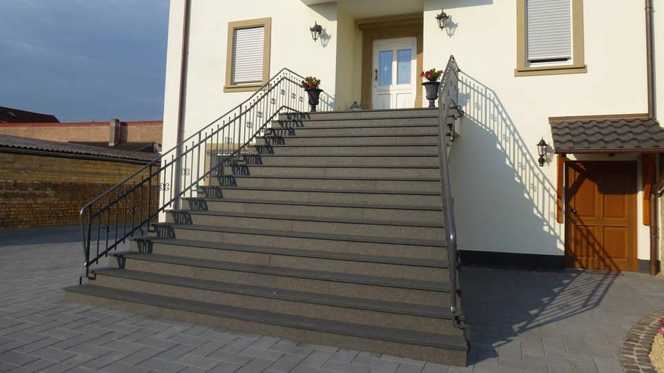 Außentreppe - Material: Nero Assoluto; Bearbeitung: geflammt und 1x gebürstet