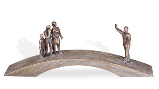 """Symboltragender Grabschmuck """"Abschied"""": Menschen auf der Brücke."""