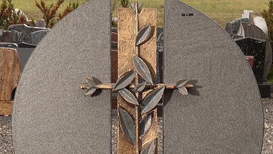 Detailansicht der Bronzeverzierung am Naturstein.