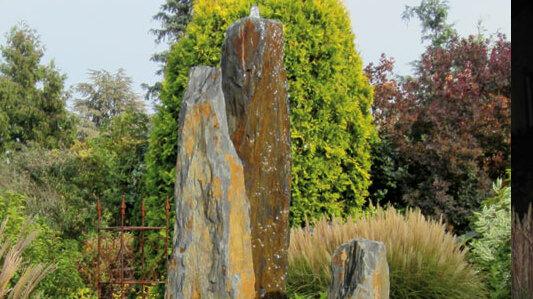 Für den Garten: Schiefermonolith, spaltrauh in Braun mit Quellstein