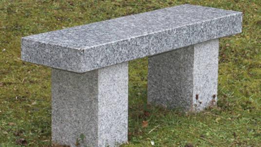 Gartenbank aus poliertem Granit.