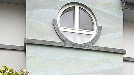 """Gurtgesims und massive, halbrunde Fensterbank im Granit """"Verde Olivo."""""""