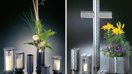 """Grabschmuck: Grabschalen, Vasen, """"Ewiges Licht"""" und Kreuz in Anthrazit- und Grautönen."""