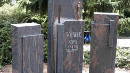 Dreiteiliger Gedenkstein aus Granit, braun-grau.