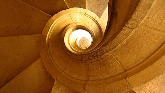 Historischer Teppenaufgang: Stufen und Handlauf aus gelben Sandstein.