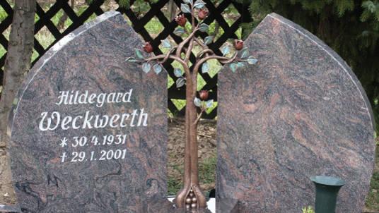 Zweiteiliger Gedenkstein aus Granit mit Rosenbaum.