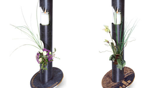 """Die Ritualsäule verbindet auf elegante Weise Inschrift, Vase und """"Ewiges Licht"""" in einer Form."""